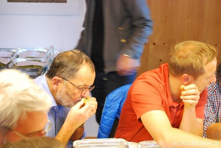 Hans-Peter Drexler bei der Aromaprüfung