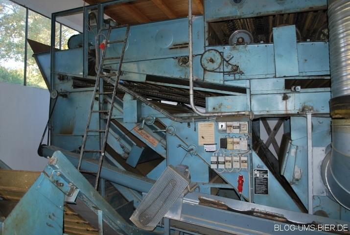 Hopfenzupfmaschine im Hopfenforschungszentrum Hüll
