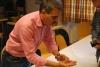 Anton Lutz zeigt, wie man die Hopfensorten erkennt